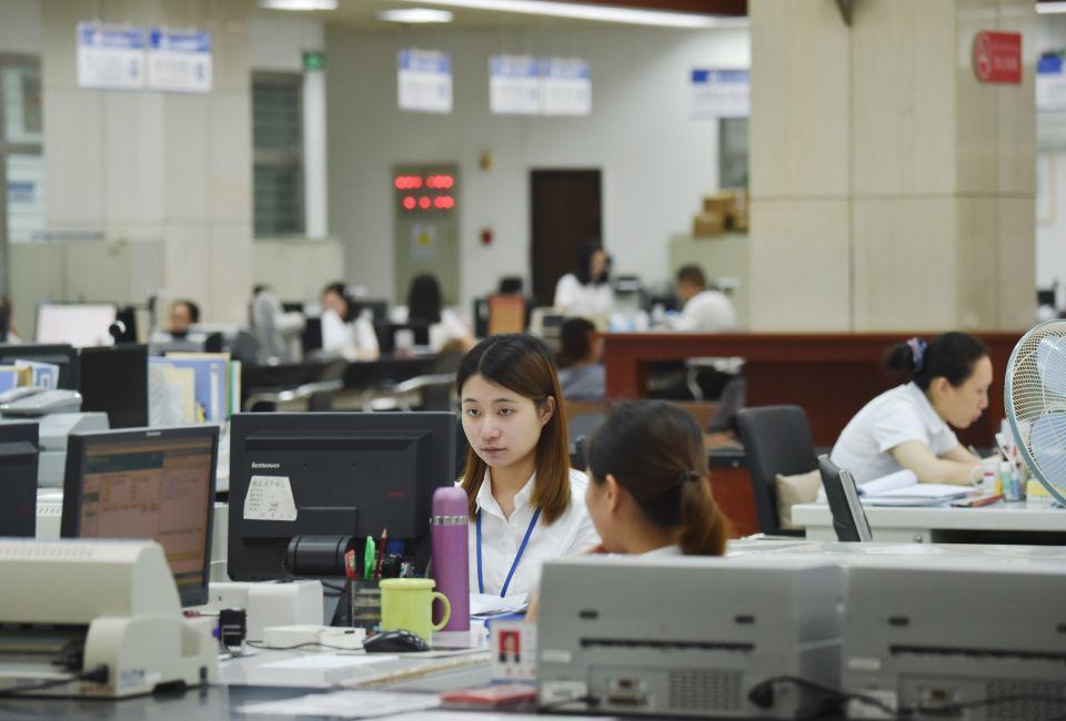 6月19日,工作人员在福建省晋江市行政服务中心办公。新华社记者 宋为伟 摄