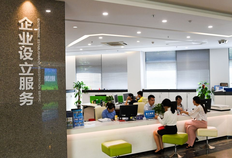 5月24日,市民在海南生态软件园的孵化楼办理业务。新华社记者杨冠宇摄