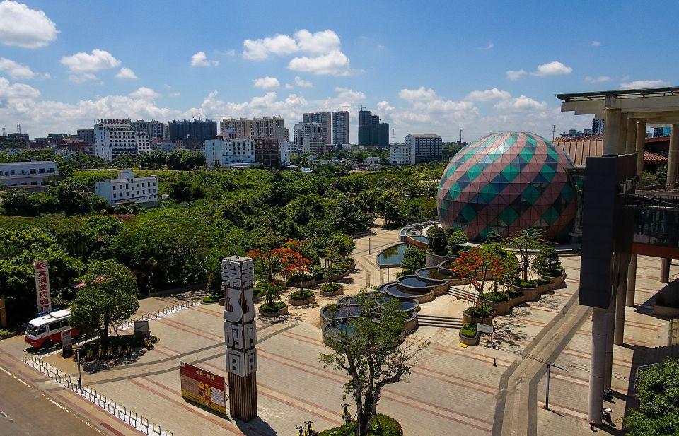 这是海南生态软件园附近的第三时间商业街(5月24日无人机拍摄)。新华社记者杨冠宇摄
