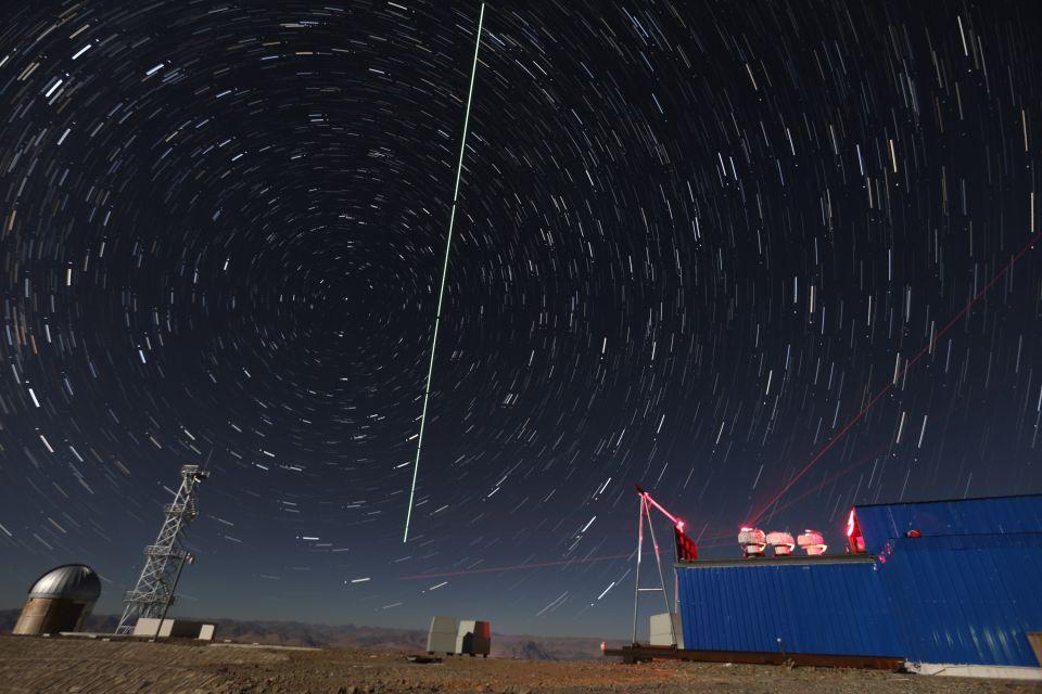 """2016年12月10日,在西藏阿里观测站,""""墨子号""""量子科学实验卫星过境,科研人员在做实验(合成照片)。新华社记者金立旺摄"""