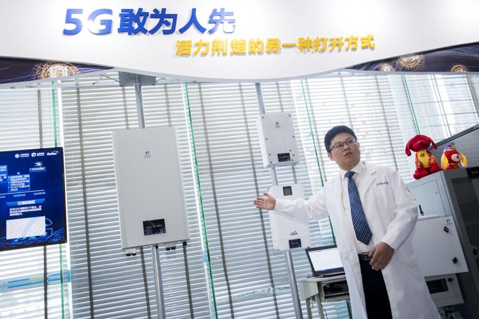 2018年2月5日,工作人员介绍5G试验基站的射频单元。2月1日,湖北首个室外5G试验基站在武汉开通,这意味着5G技术在湖北的规模组网规模试验已进入攻坚阶段。新华社记者熊琦摄