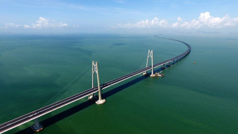 """港珠澳大桥上的""""中国结""""造型桥塔(2017年6月6日摄)。新华社记者梁旭摄"""