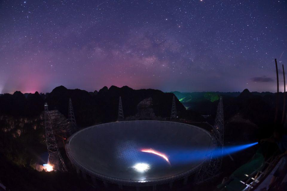 "FAST在满天繁星下呈现出的美丽景观(2016年6月27日摄)。2017年10月10日,中国科学院国家天文台宣布,被誉为""中国天眼""的500米口径球面射电望远镜(FAST)经过一年紧张调试,已实现指向、跟踪、漂移扫描等多种观测模式的顺利运行,并确认了多颗新发现脉冲星。新华社记者刘续摄"