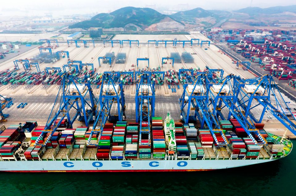 集装箱船在青岛港全自动化集装箱码头靠泊作业(2017年5月10日摄)。青岛港全自动化集装箱码头是我国完全自主创新并设计建设的亚洲首个、全球领先的全自动化码头。新华社记者朱峥摄