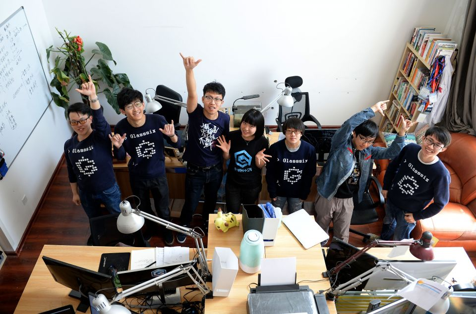 """陕西第六镜科技文化有限责任公司运营团队的成员在工作室合影(2017年4月17日摄)。两名西北工业大学自动化学院的学生在2014年本科尚未毕业时就一起组建了""""第六镜""""。2017年1月,""""第六镜""""突破了技术瓶颈,其人脸识别技术也取得了国际权威评测体系的认可,达到了国际领先水平。新华社记者刘潇摄"""