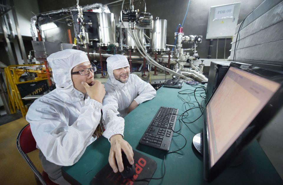 在地处四川南部地底2400米的中国锦屏地下实验室,PandaX实验组的研究人员对设备进行维护(2016年6月28日摄)。该实验组利用在空气中提纯的惰性元素氙作为探测媒介来寻找暗物质。新华社记者薛玉斌摄