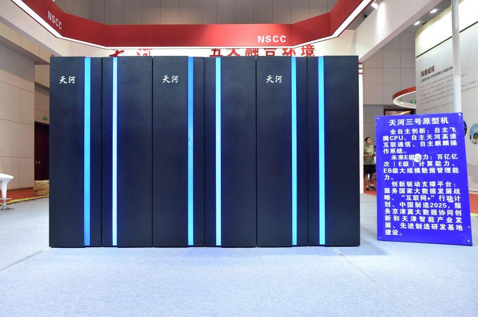 """在天津梅江会展中心展出的我国新一代百亿亿次超级计算机""""天河三号""""原型机(2018年5月17日摄)。新华社记者李然摄"""