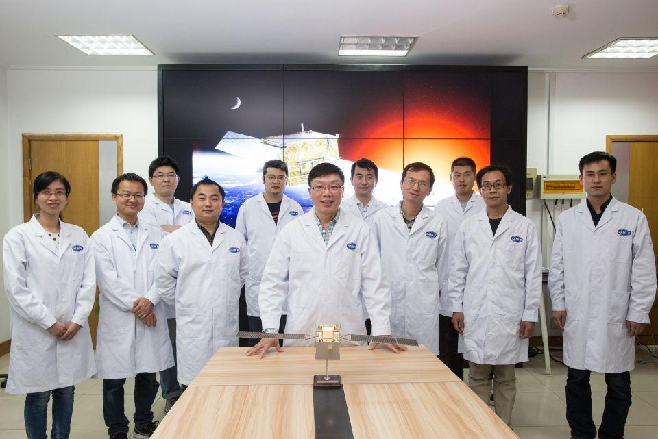 在中科院紫金山天文台,暗物质粒子探测卫星首席科学家常进(中)和他的团队(2017年11月2日摄)。新华社记者金立旺摄
