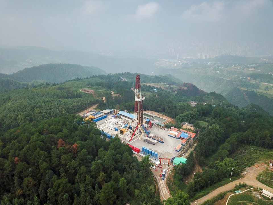 这是正在进行钻井作业的重庆涪陵焦页90号页岩气平台(2017年9月7日摄)。新华社记者刘潺摄
