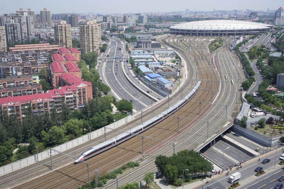 """中国标准动车组""""复兴号""""G123次列车从北京南站首发(2017年6月26日摄)。新华社记者邢广利摄"""