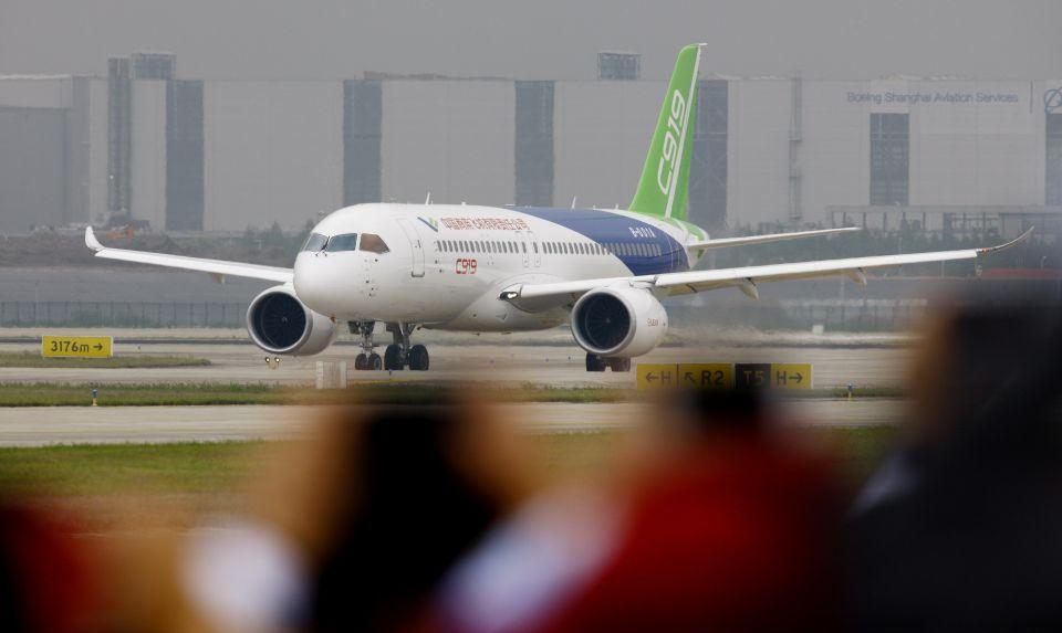 中国首款国际主流水准的干线客机C919在上海浦东国际机场首飞成功(2017年5月5日摄)新华社记者方喆摄。
