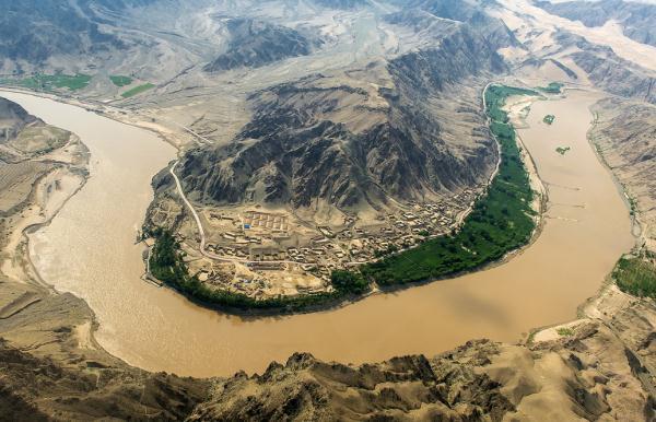 中卫沙坡头,九曲黄河在腾格里沙漠边缘拐了一道大弯,形成一副天然的太极图。