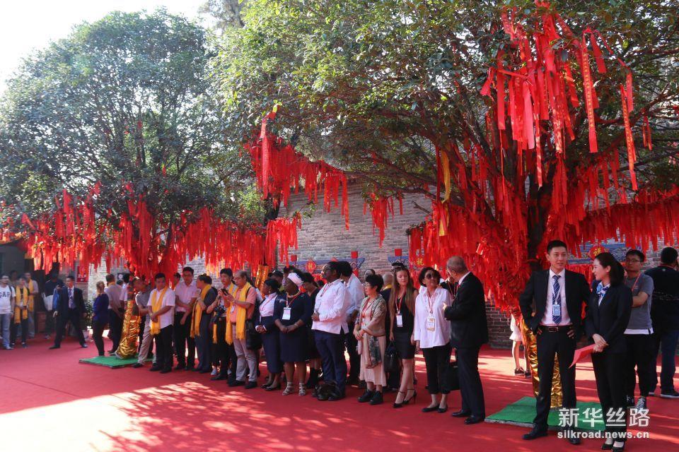 9月9日上午,华佗诞辰1891周年祭祀活动现场。  摄影:赵欣