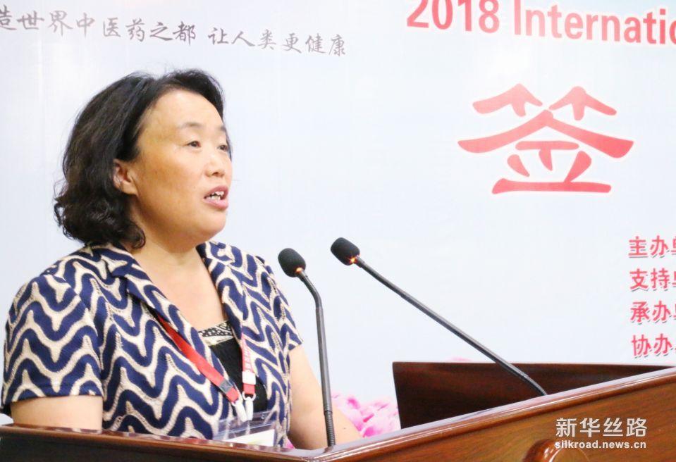 亳州市副市长曹振萍主持2018年国际(亳州)药材药品交易洽谈会签约仪式。  摄影:赵欣
