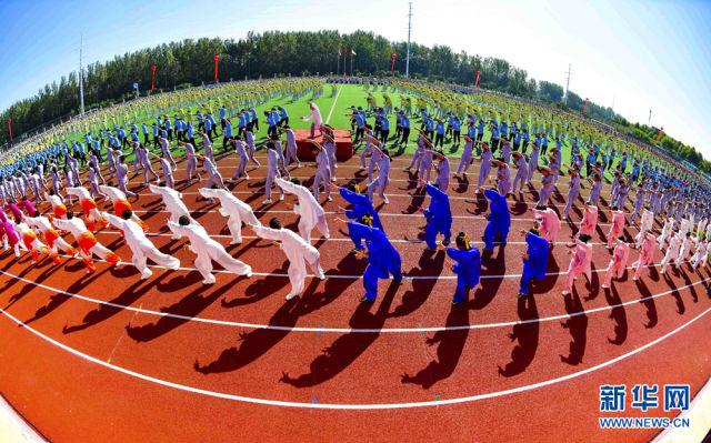 在亳州中药科技学校的操场上,健身爱好者练习五禽戏。 来源:新华网