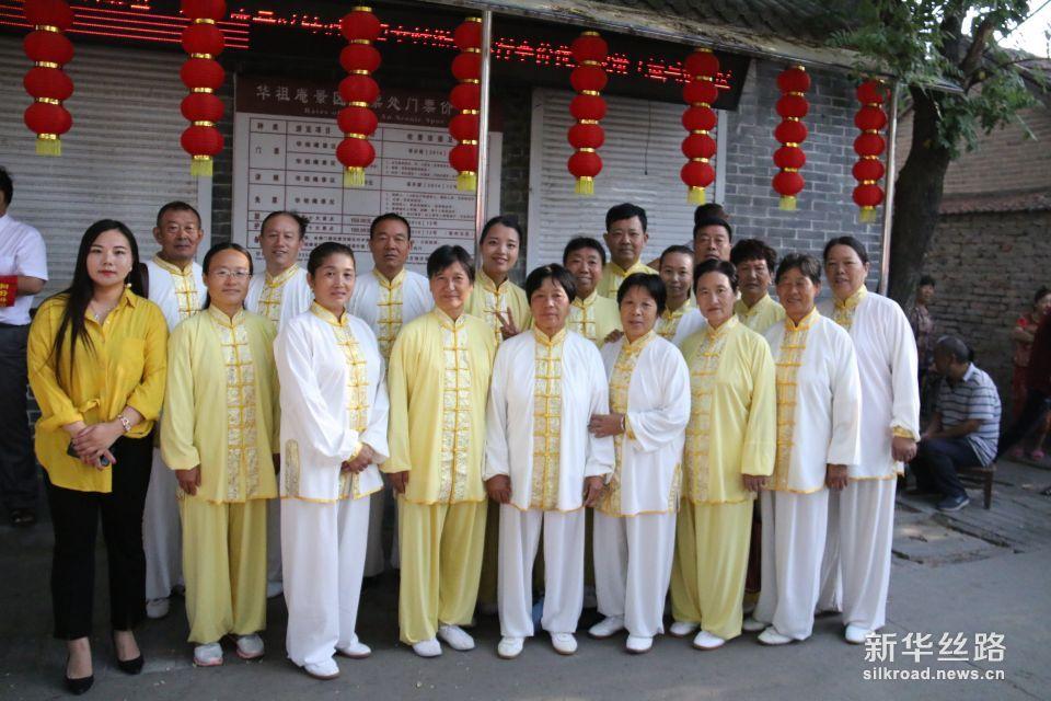 五禽戏爱者们前来参加华佗周年纪念活动。摄影:赵欣