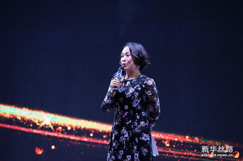 论坛现场主持人介绍现场嘉宾。摄影:武海珠