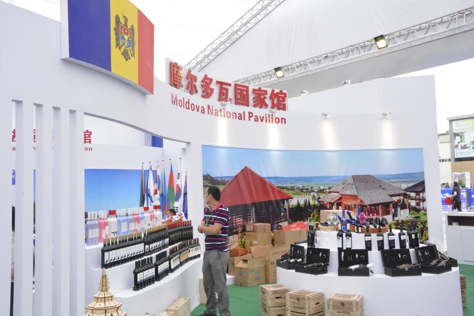 """2018第六届中国(泸州)西南商品博览会""""一带一路国家馆""""巡馆现场。摄影:张涛"""