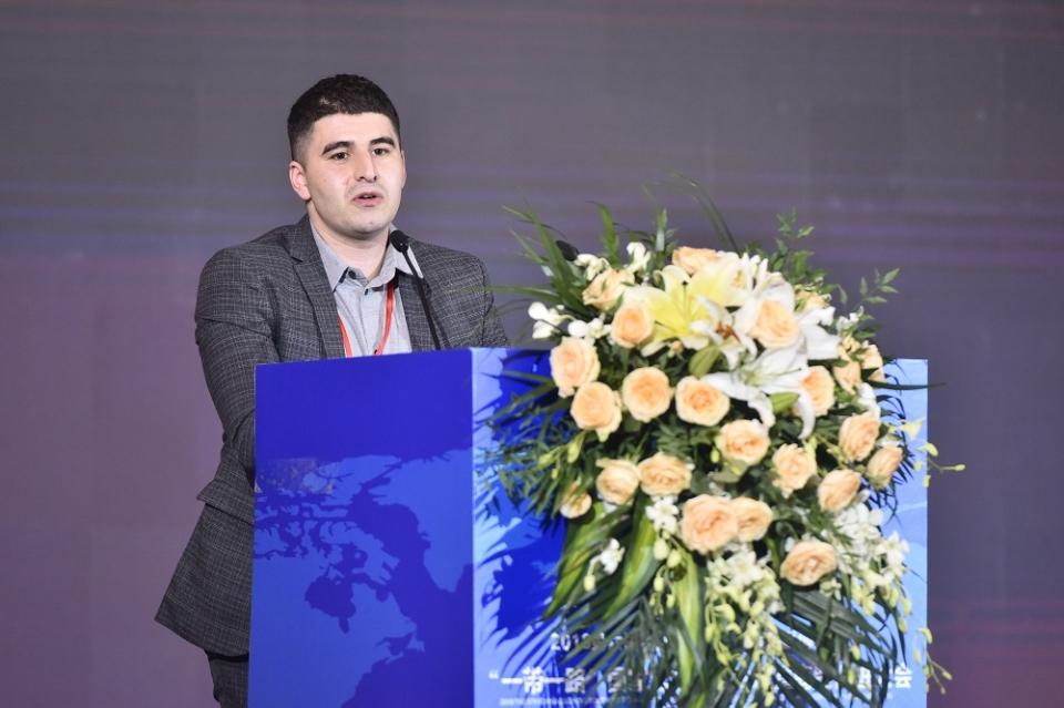 阿塞拜疆东方之星酒庄总经理Abdullaev Rasim(阿普杜拉维•拉希姆)先生介绍《阿塞拜疆葡萄酒》。摄影:张涛