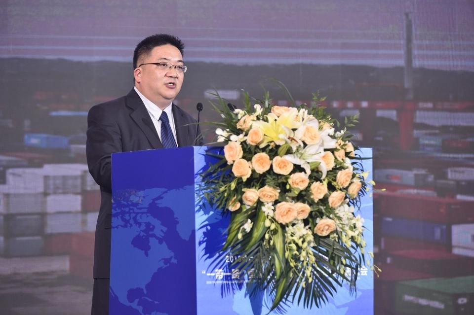 新华社中国经济信息社副总裁匡乐成先生发布《泸州市营商环境报告》。摄影:张涛