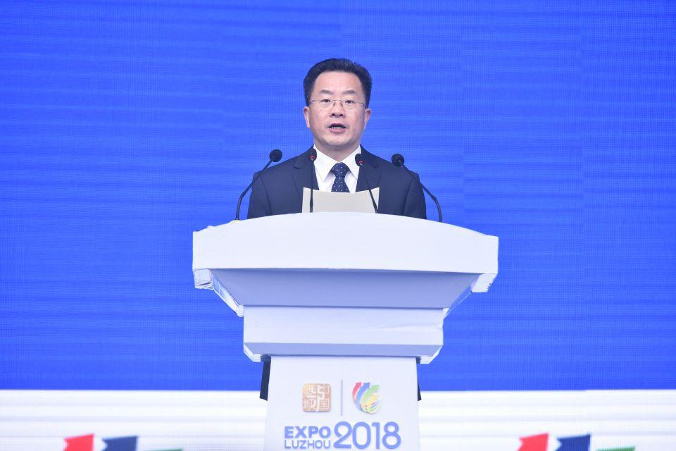 泸州市委副书记、市长刘强介绍出席开幕式的领导和嘉宾 摄影:张涛