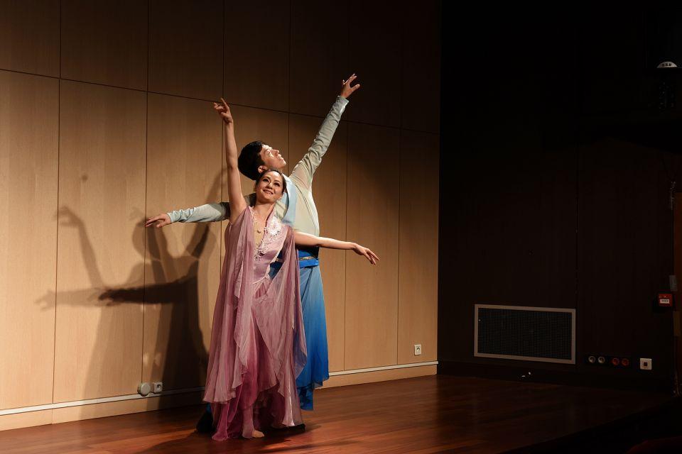 图为巴黎中国文化中心举行的天涯共此时中秋主题晚会上的双人舞《梁祝》