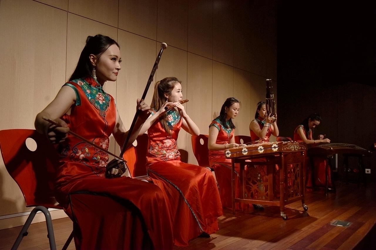 图为巴黎中国文化中心举行的天涯共此时中秋主题晚会上的民乐合奏节目