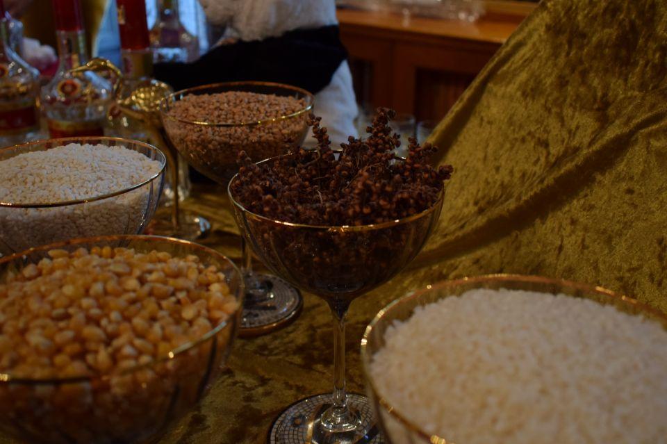 图为五粮液向海外友人展示酿酒所用的五种粮食