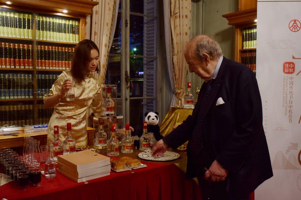 图为外国友人对中国名酒展现了浓厚兴趣