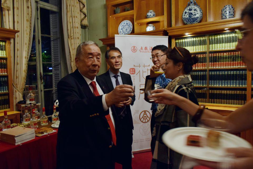图为中国前外交官、知名旅法华人汪华老先生(左一)、巴黎中国文化中心主任严振全(左二)与现场嘉宾共品五粮液美酒
