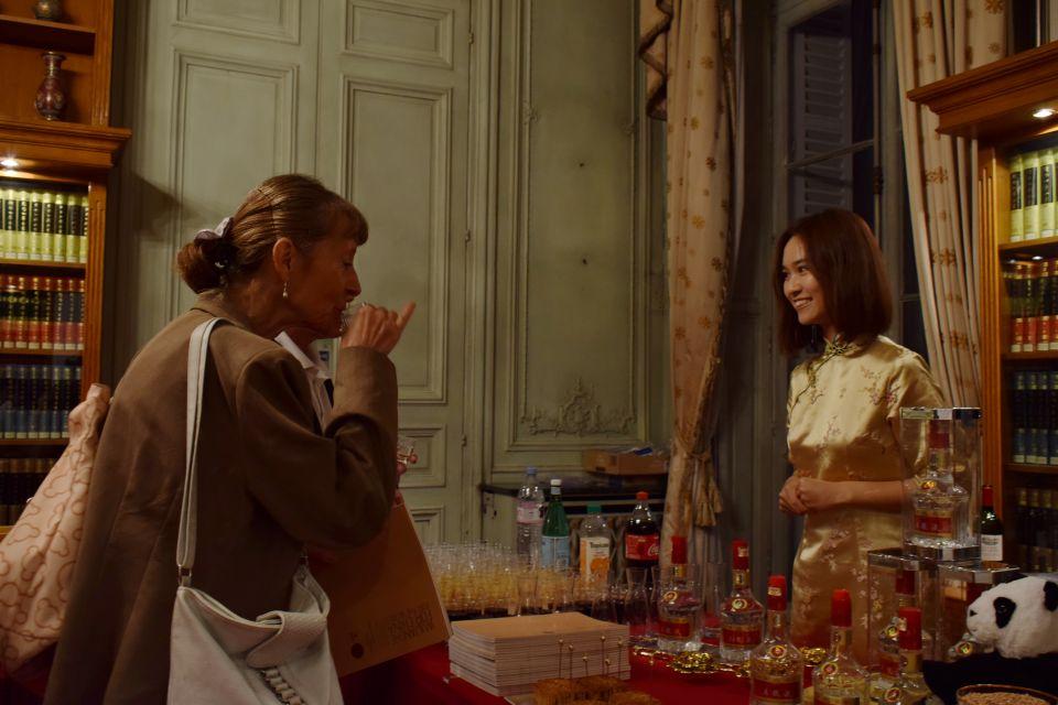 图为外国友人在巴黎中国文化中心感受中国名酒的魅力