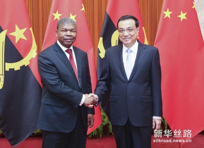 10月9日,国务院总理李克强在北京人民大会堂会见来华进行国事访问的安哥拉总统洛伦索。新华社记者 姚大伟 摄