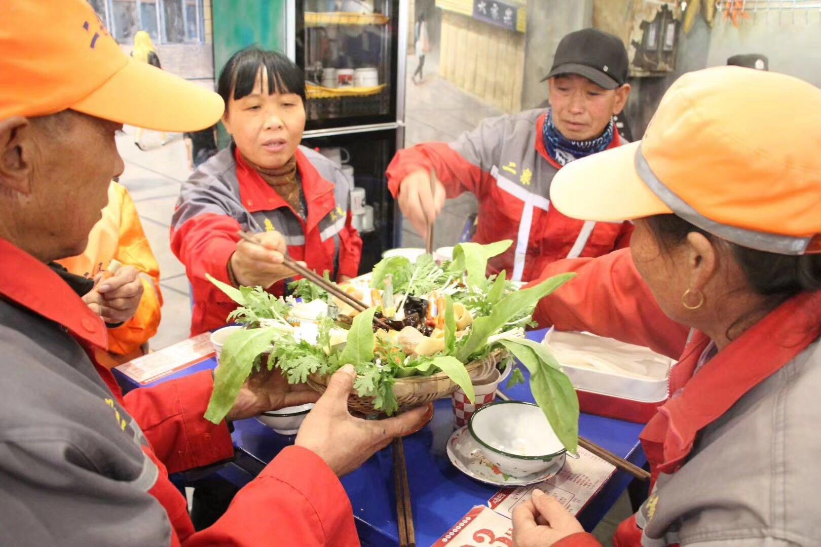 宁夏爱心企业请环卫工人免费吃火锅