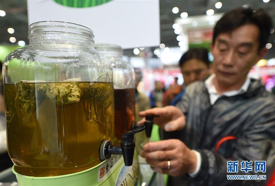 11月7日,参观者在进博会食品及农产品展区品尝巴西有机马黛茶。  新华社记者 韩瑜庆 摄