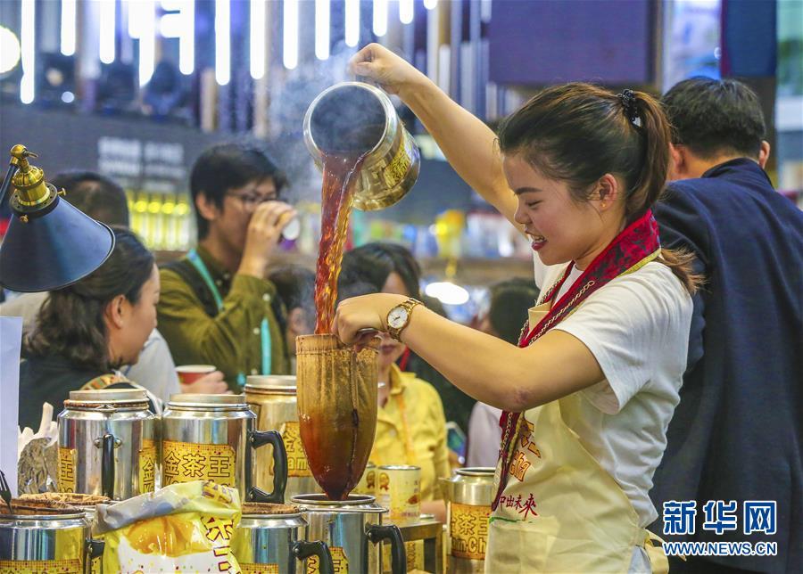 """11月7日,在进博会食品及农产品展区,参展人员制作""""金茶王""""港式奶茶。 新华社记者 殷刚 摄"""