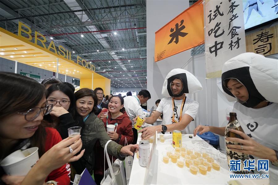 11月7日,参观者在进博会食品及农产品展区品尝日本生产的啤酒。  新华社记者 沈伯韩 摄