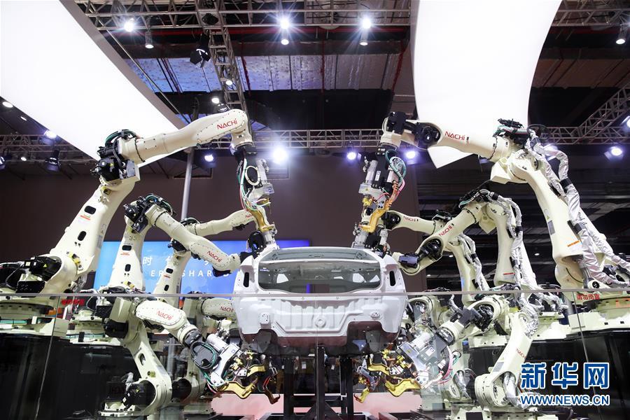 11月6日,日本那智不二越公司展出的点焊密集协作机器人在进行作业演示。新华社记者 丁汀 摄