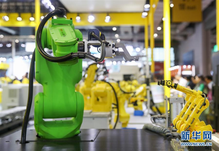 11月6日,日本发那科公司的协作机器人在展台上展出。 新华社记者 丁汀 摄