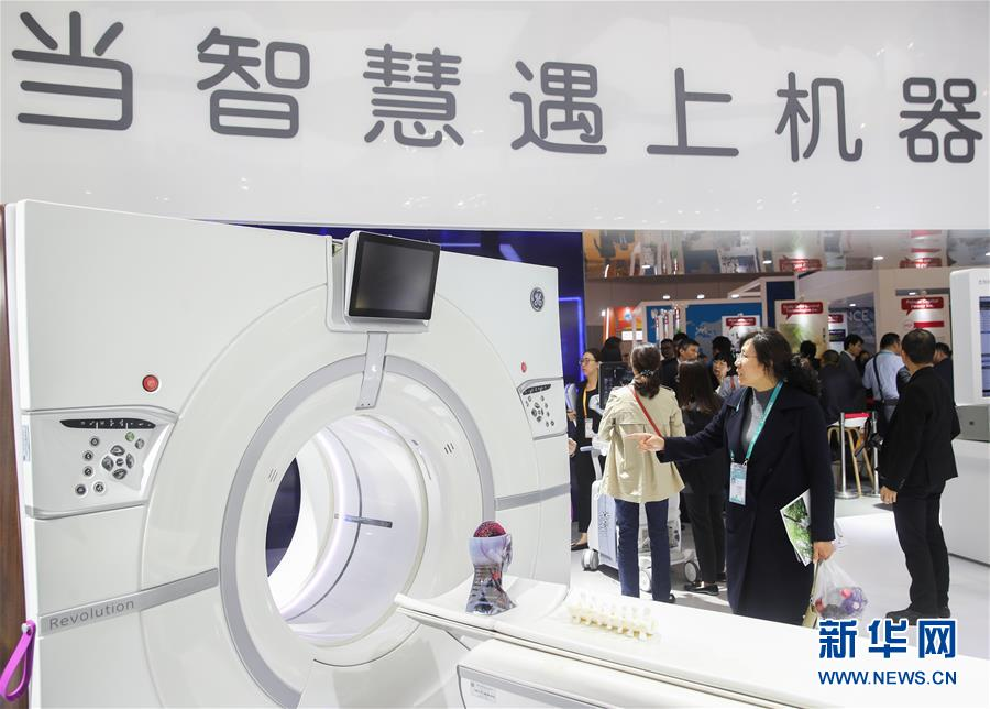11月6日,观众在美国通用电气公司展台参观CT机。新华社记者 丁汀 摄