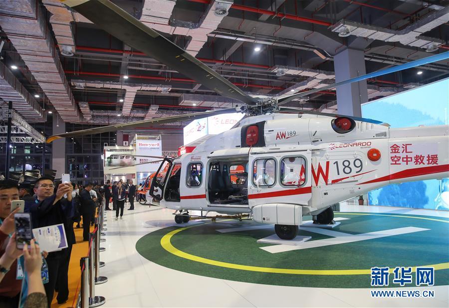 11月6日,观众在参观意大利莱奥纳多直升机公司展出的AW189直升机。 新华社记者 丁汀 摄