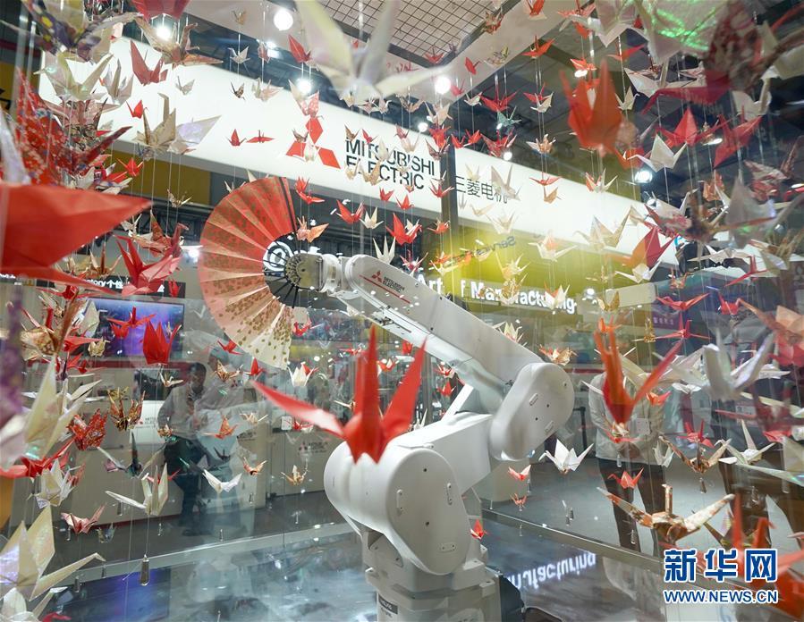 11月6日,日本三菱电机公司展台上的扇子舞机器人进行表演。 新华社记者 陈建力 摄