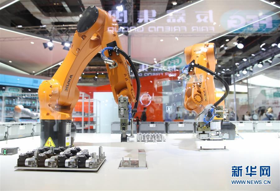 德国库卡公司的一架协作机器人在展台上展出(11月6日摄)。新华社记者丁汀摄