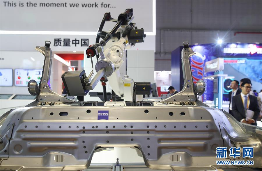 德国卡尔蔡司公司的一架精密检测机器人在展台上展出(11月6日摄)。 新华社记者丁汀摄