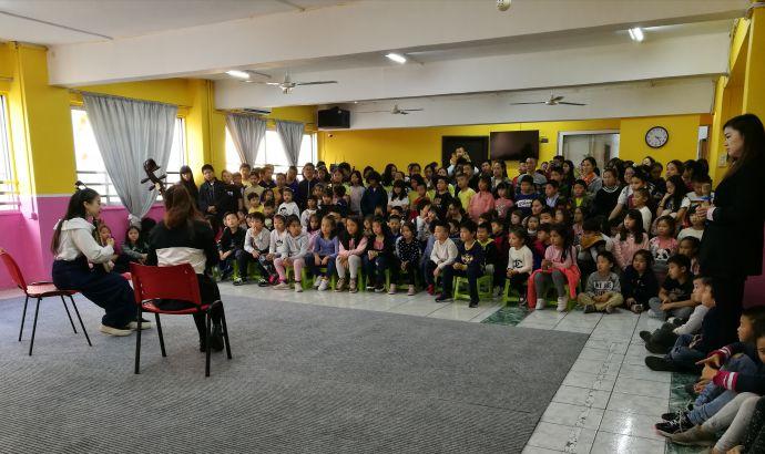 雅典中文学校学生观看文艺表演