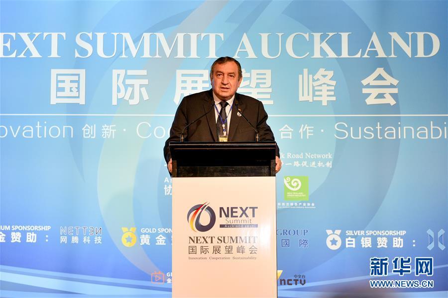 """2017年11月27日,在新西兰奥克兰举行的首届""""新西兰国际展望峰会""""上,埃及前总理埃萨姆·谢拉夫在开幕式上致辞。 以""""创新、合作、发展""""为主题的首届""""新西兰国际展望峰会""""27日在新西兰最大城市奥克兰召开,来自多个国家和地区的400余名政商和学术界代表共聚一堂,商讨如何在""""一带一路""""倡议框架下推动新型国际合作。新华社发(李桥桥摄)"""