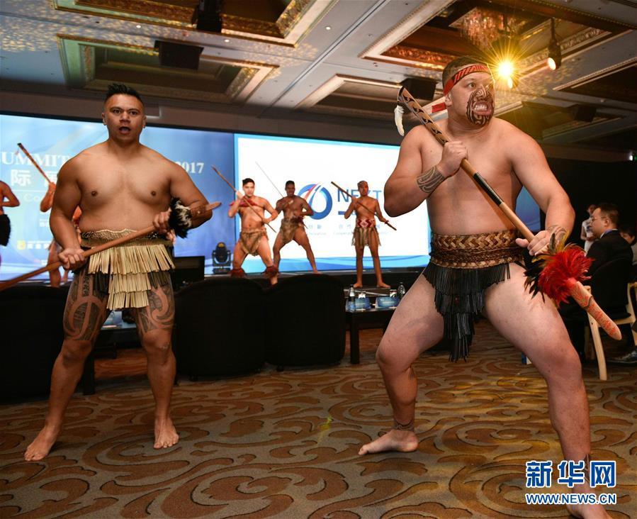 """2017年11月27日,在新西兰奥克兰举行的首届""""新西兰国际展望峰会""""上,人们在开幕式上观看传统毛利欢迎仪式。 以""""创新、合作、发展""""为主题的首届""""新西兰国际展望峰会""""27日在新西兰最大城市奥克兰召开,来自多个国家和地区的400余名政商和学术界代表共聚一堂,商讨如何在""""一带一路""""倡议框架下推动新型国际合作。新华社发(李桥桥摄)"""