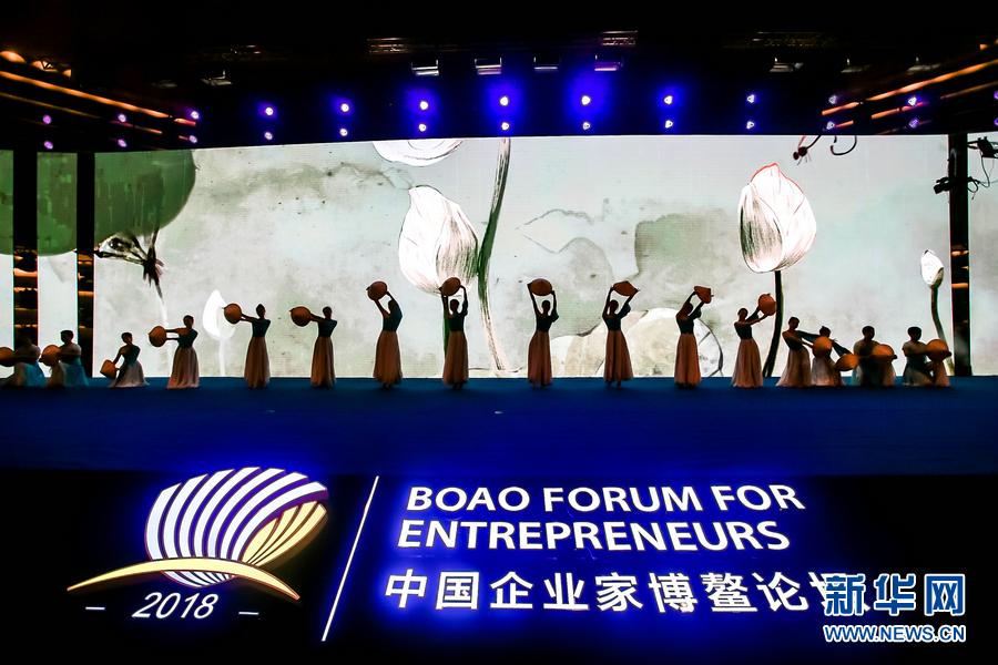 """12月4日晚,2018中国企业家博鳌论坛""""五粮液之夜""""在海南博鳌举行,图为舞蹈《渔家姑娘在海边》。"""