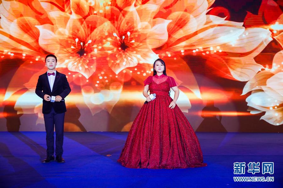 """12月4日晚,2018中国企业家博鳌论坛""""五粮液之夜""""在海南博鳌举行,图为杨春梅、刘磊演唱歌曲《祖国我为你干杯》。"""