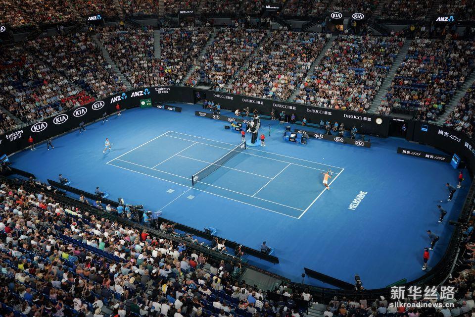 澳网:纳达尔晋级。    1月16日,纳达尔(右)在比赛中发球。    当日,在2019澳大利亚网球公开赛男单第二轮比赛中,西班牙选手纳达尔以3比0战胜澳大利亚选手马修・埃博登,晋级下一轮。    新华社记者白雪飞摄