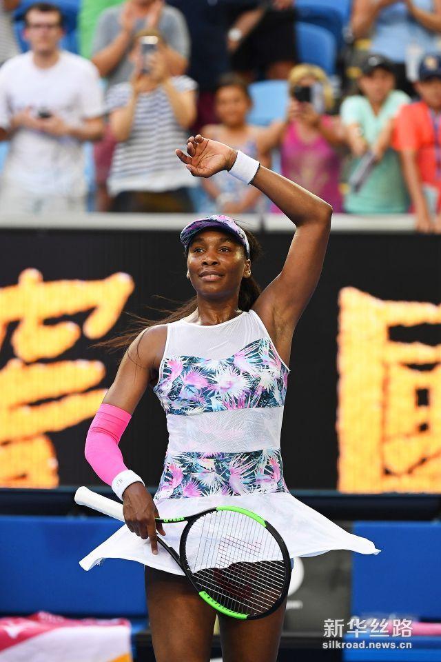澳网:大威胜布扎内斯库 。    1月15日,美国选手维纳斯・威廉姆斯庆祝胜利。    当日,在墨尔本进行的澳大利亚网球公开赛女单首轮比赛中,美国选手维纳斯・威廉姆斯以2比1战胜罗马尼亚选手布扎内斯库,顺利晋级。    新华社/欧新